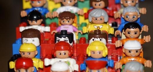 te veel speelgoed en oplossing. foto van legopoppetjes