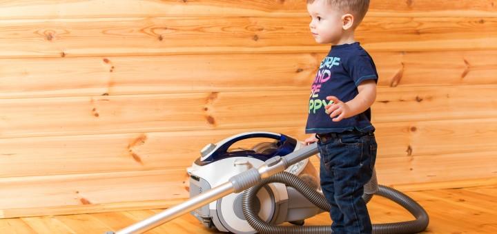 kinderen helpen in het huishouden foto van jongetje met stofzuiger